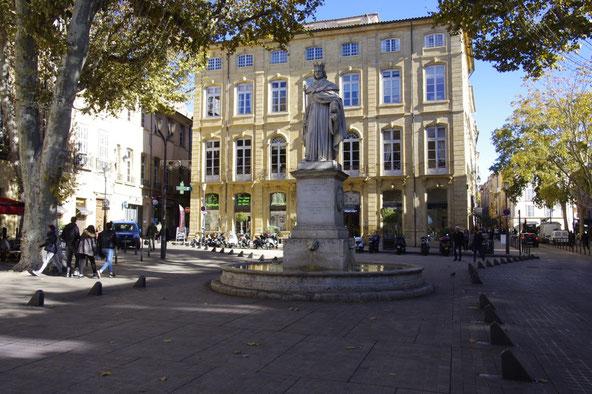 Die Statue von König René vor dem Poët Hotel Patrizierhaus