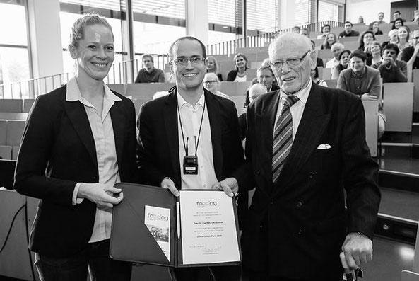 Prof. Onken (r.) bei der Vergabe des 1. Ulfert-Onken-Preis der Biotechnologie an Katrin Rosenthal (l.) in 2018