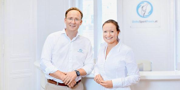 OA Dr. Rupert Schuster & OÄ Dr. Irena Krusche-Mandl an der Rezeption der Praxis