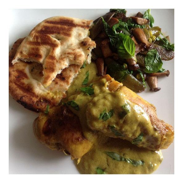 Basilicum kip curry met naan en geroerbakte spinazie/peultjes/paddestoelen.