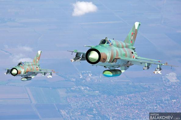 Una coppia di MiG-21 Bis della BVS ripresi durante un eserctazione.