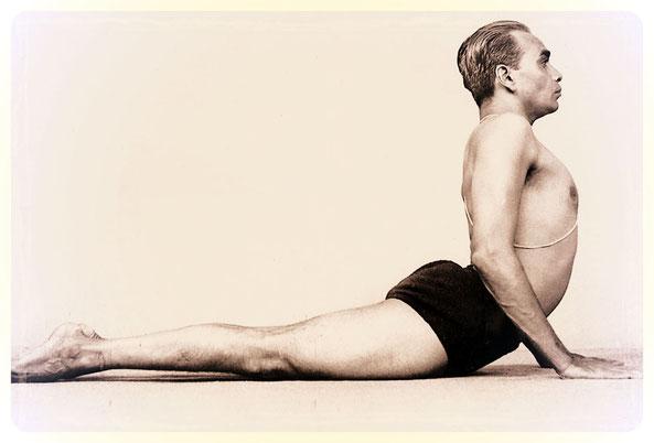 B.K.S Iyengar, l'homme à l'origine du style de Yoga éponyme, démontrant la posture cobra dans un alignement parfait.