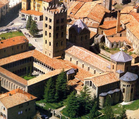 пиренейские пейзажи, пиренейская архитектура, монастырь в пиренеях, экскурсия в риполь, каталонский монастырь