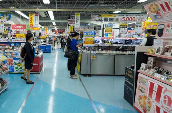 "Rayons des appareils photos compacts au Bic Camera West Store àShinjuku - Credit photo blog de ""Gaijin Go Japan"" (http://gaijingojapan.com)"