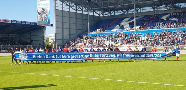 Holstein Kiel: Dankesbanner an die Fans - Foto: pin
