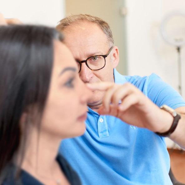 Dr. Kovacevic im Beratungsgespräch zu einer Nasennachkorrektur