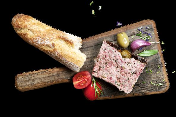 Pâté No. 3 Provence auf einem rustikalen Holzbrett mit Baguette