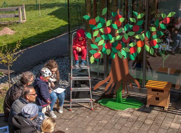 Theaterstück: Die Geschichte vom (roten) Apfel auf dem Apfelbaum