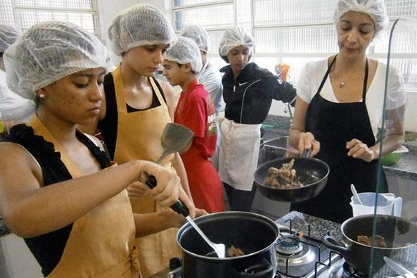 streetworker, streetfood, food truck, kinderhilfe, strassenkinder, ausbildungsplätze, schule, freizeitgestaltung, brasilien, kochen, beten, brasilien,