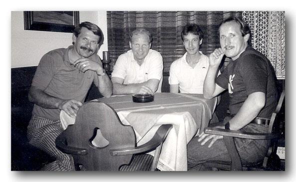 Die Organisatoren des Frankenwald-Sauna-Laufes 1987, die bis auf unseren verstorbenen Lauffreund Manfred Arndt + 1999 (Zweiter von links) auch bei der 30. Auflage mit dabei sind: Werner Weber (links), Michael Kraus und Roland Franz.