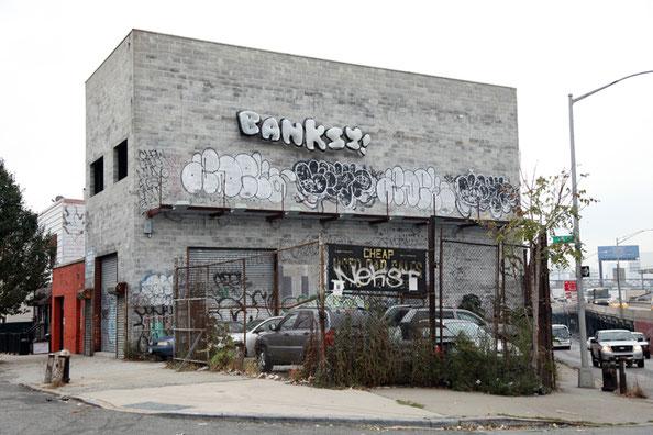 白と黒の風船の集合体と『BANKSY!』の文字