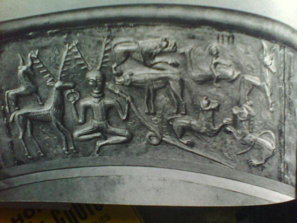 Lug, le cerf blanc tient le serpent antique, l'histoire antique. Aujourd'hui encore, certain druide se passe un baton de parole ressamblant à un serpent au moment ou ils commencent une histoire.