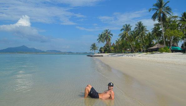 freaky travel, Strand, Mann, Meer, Palmen, Berge, Thailand, Koh Mook