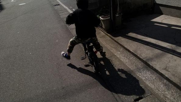 自転車に乗るお兄ちゃんの写真