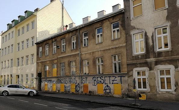 In der Mitte das umkämpfte Haus in der Kienmayergasse 15, 1140 Wien.
