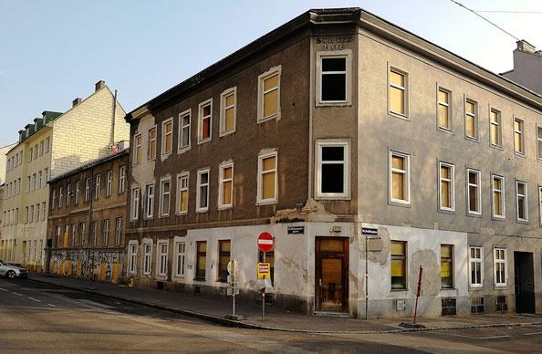 Im Bild die gesamte Häuserzeile Kienmayergasse 13-17 sowie Schützplatz 1 unmittelbar vor dem Abriss.