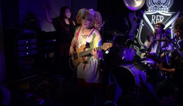 メロディアトーキョーのステージでアナスタシアがベースを弾いている場面