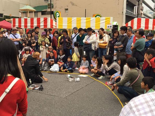 出張大道芸人RYUHEIが観客を集めている