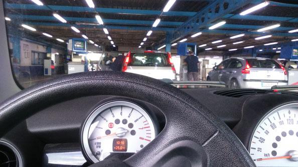 En la ITV, inspección técnica de vehículos, con un fuerte ruido de motores, es muy difícil poder oír bien las instrucciones de los técnicos.