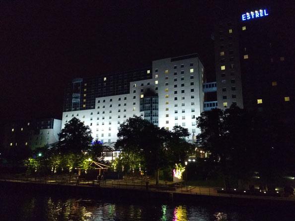 Das Estrel (Tagungsort und zugleich Hotel für viele TeilnehmerInnen) bei Nacht