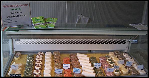 vitrine avec tous les fromages de chèvre frais aux herbes de toutes les couleurs à la fromagerie du Purdeau