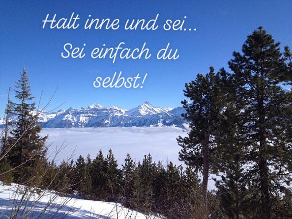 Aussicht mit Bergen und Spruch: Halt inne und sei... Sei einfach du selbst!
