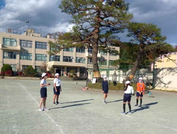 アルティメットの技能を高めるために、昼休みを使って自主練習する班