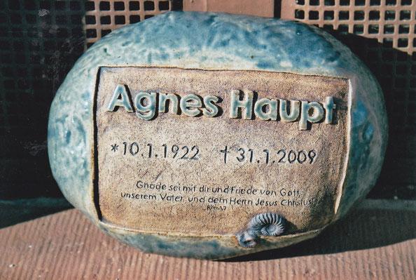 Grabstein aus Keramik