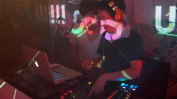 DJ pakuとAOPONkonbainによるプレイ。