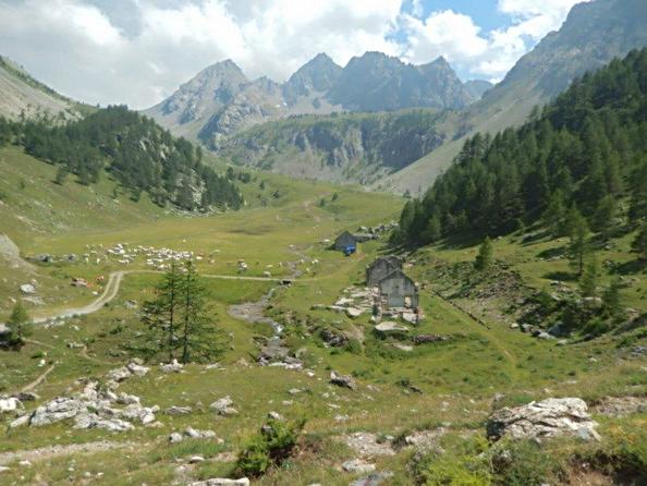 la Grange Calandra con il sentiero che giunge dal passo della Gardetta