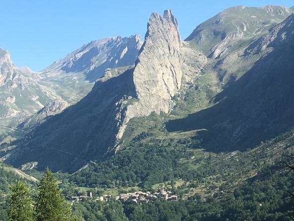già da subito il panorama  si presenta cosi...........il paesino di Chiappera padroneggiato dalla Rocca Provenzale