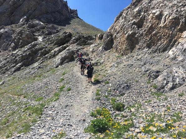 un breve salto di roccia con bici a spalla per raggiungere il tanto decantato passo della cavalla