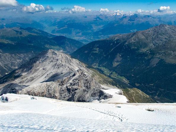 Die Aussicht auf die Payerhütte vom Gletscher aus. So klein wirkt sie von hier oben.