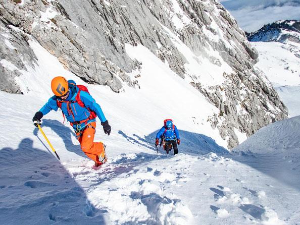 Aufstieg über die steile Rinne zum Einstiegspunkt des Klettersteigs.