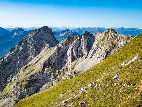 Auf diesem wunderschönen Grat geht es weiter. Über den letzten, massiven Berg geht es auch noch drüber, bis wir am Ende sind.