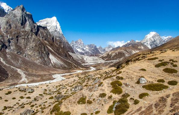 """Im Tal fließt der Gletscherfluss """"Lobuche"""""""