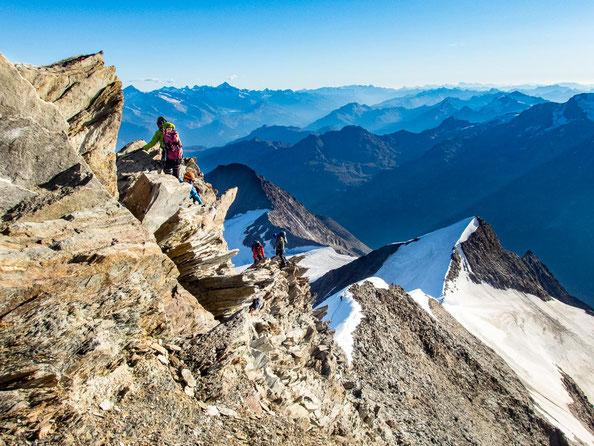 Der felsige Aufstieg auf's Nadelhorn. Im Hintergrund etwas unterhalb sieht man die Flanke hoch auf das Ulrichshorn.