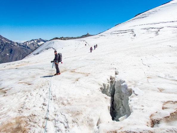 Auf dem Hohbalmgletscher. Im Hintergrund erkennt man den Anseilplatz auf dem Fels.