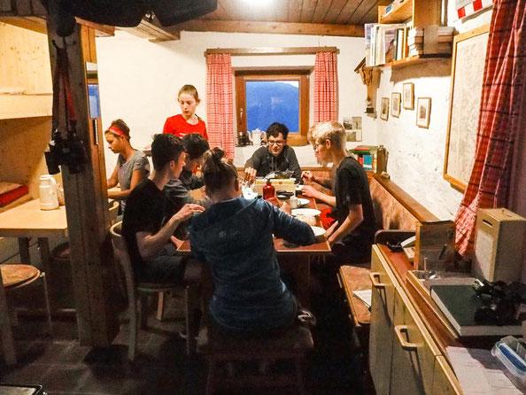 Aufenthaltsraum und Küche der Hauersee Hütte
