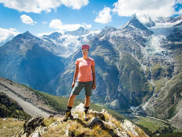 Unten im Tal das Örtchen Randa, im Hintergrund das 4.505m hohe Weisshorn