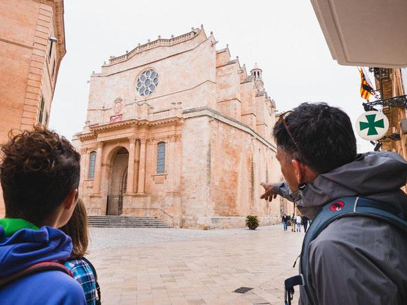 Amir erklärt uns die Sehenswürdigkeiten der Stadt.