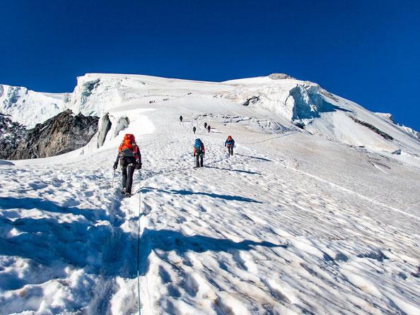 Der Gipfel ist von hier noch nicht in Sicht, dafür erkennt man aber bereits einige Spalten.