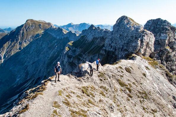 """Der Klettersteig ist relativ lang. Den """"Großen Daumen"""" sieht man am Ende der Bergkette."""