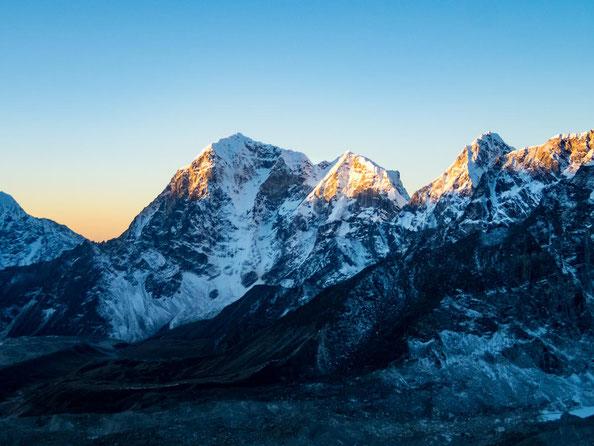 Wunderschön werden die Gipfel von der aufgehenden Sonne angestrahlt.