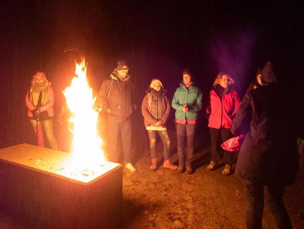 Am Ende hatten wir uns nochmals am Feuer aufgewärmt.
