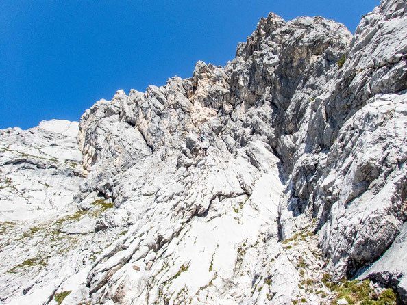 Suchbild - erkennt ihr die zwei Personen im Bild? Zu sehen ist hier der Aufstieg zu Beginn des Klettersteigs.