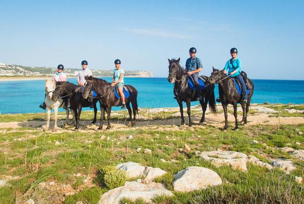 Ein Traum, diese wunderschönen Pferde und das farbenprächtige Meer im Hintergrund.
