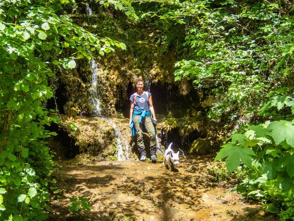 Vor der Geisterhöhle mit ihren kleinen Wasserfällen.
