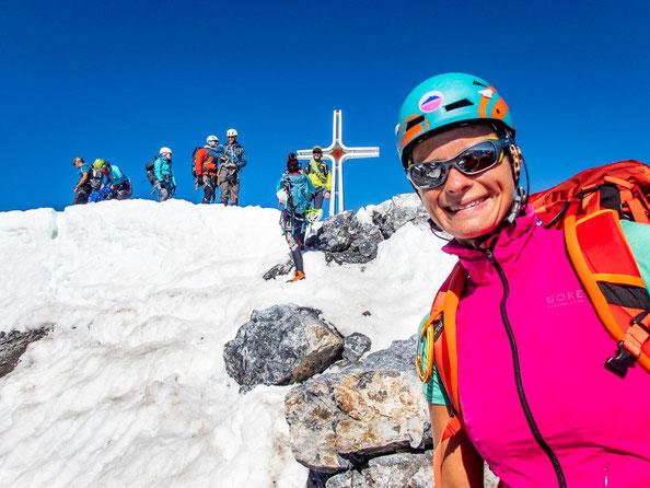 Bei echt heißen Temperaturen stehen wir auf dem Gipfel und grinsen :-)
