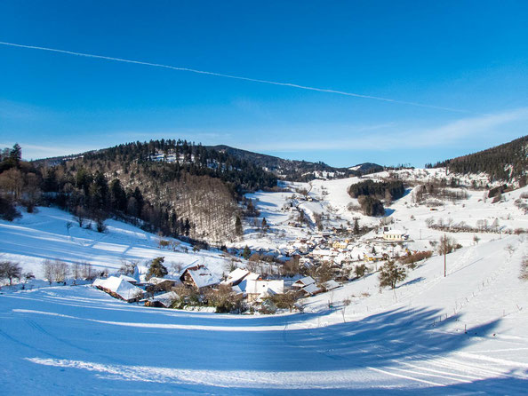 Blick auf das verträumte Dorf Neuenweg im Hochschwarzwald.
